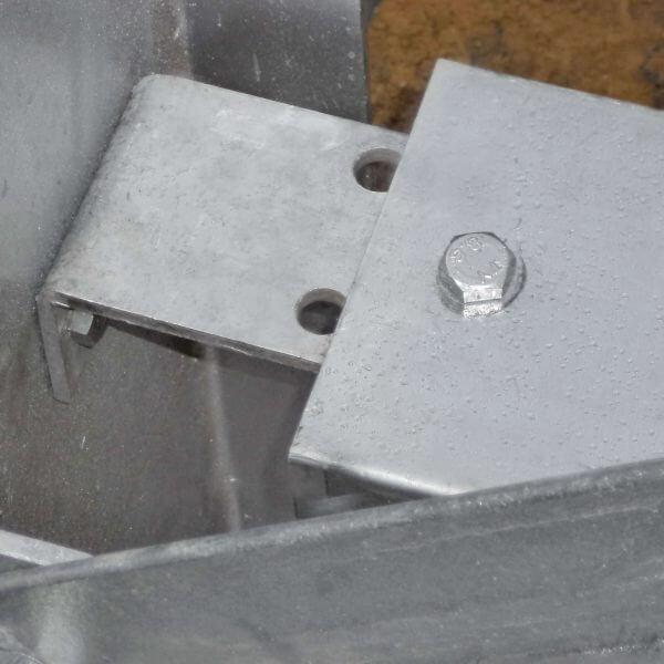 Equerre de fixation galvanisée pour lisse C140mm